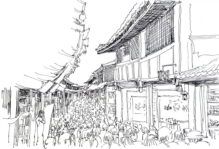 丽江古城中人潮涌动图片