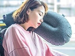 一个轻巧便携收放的吹气抱枕
