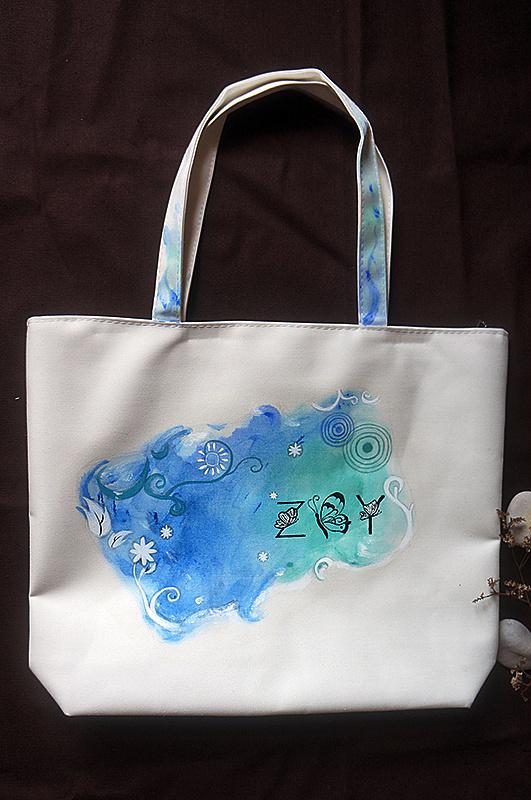 对布面的丙烯颜料晕染效果掌握越来越熟练了,帆布包的袋子也是在画的