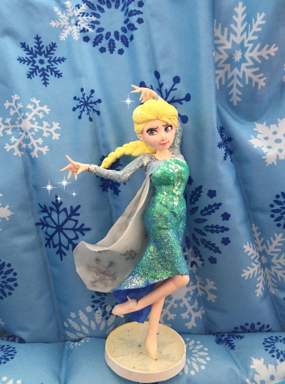 用超轻粘土制作的冰雪奇缘中的艾莎和小