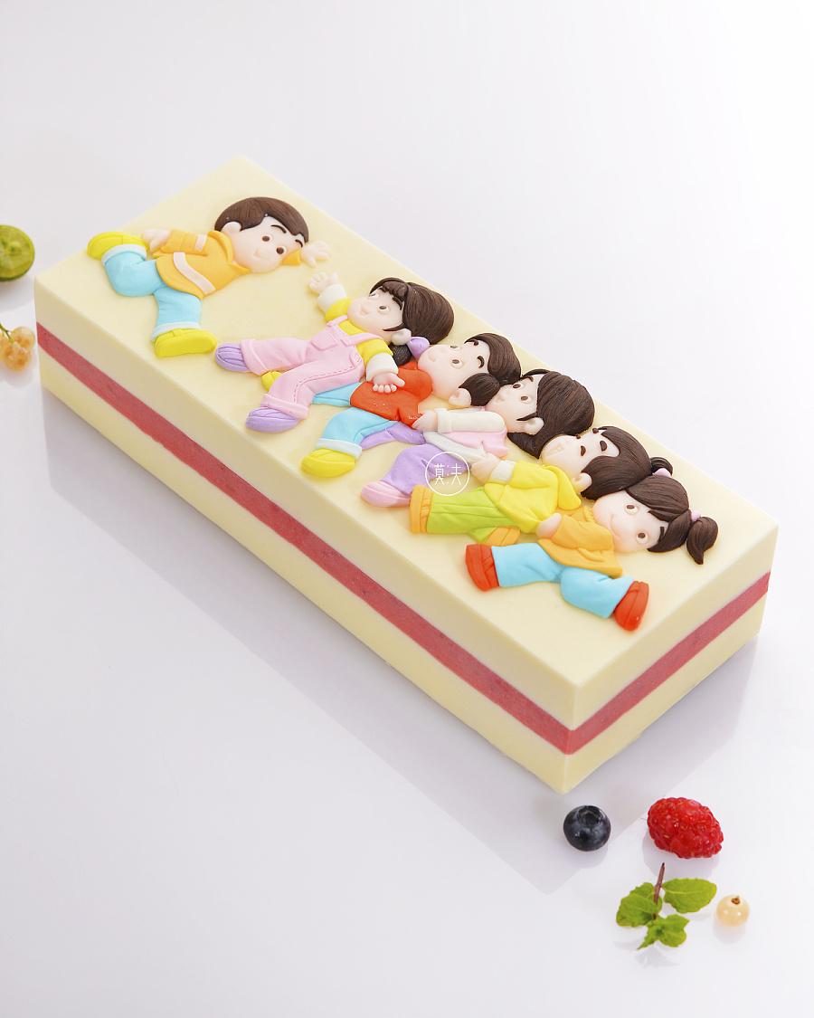 以hello kitty为主题的儿童节蛋糕作品,融入彩虹,玫瑰钢琴,草坪,小