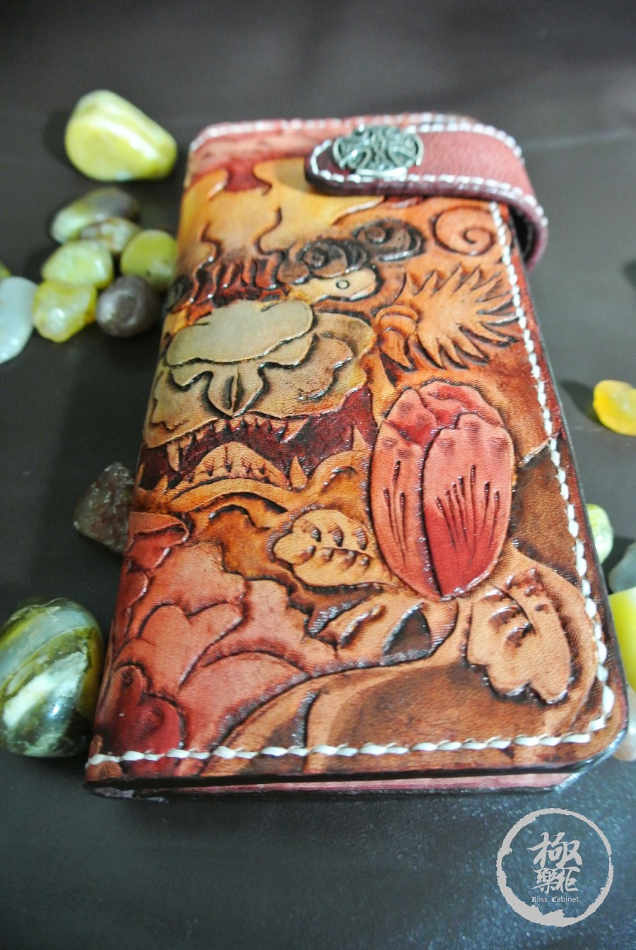 手绘皮雕彩兽手包