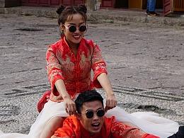 束河古镇 拍婚纱照的情侣