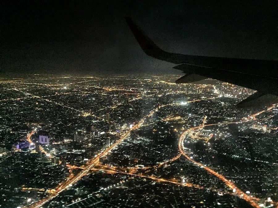 抵达泰国时从飞机上空俯瞰城市灯光
