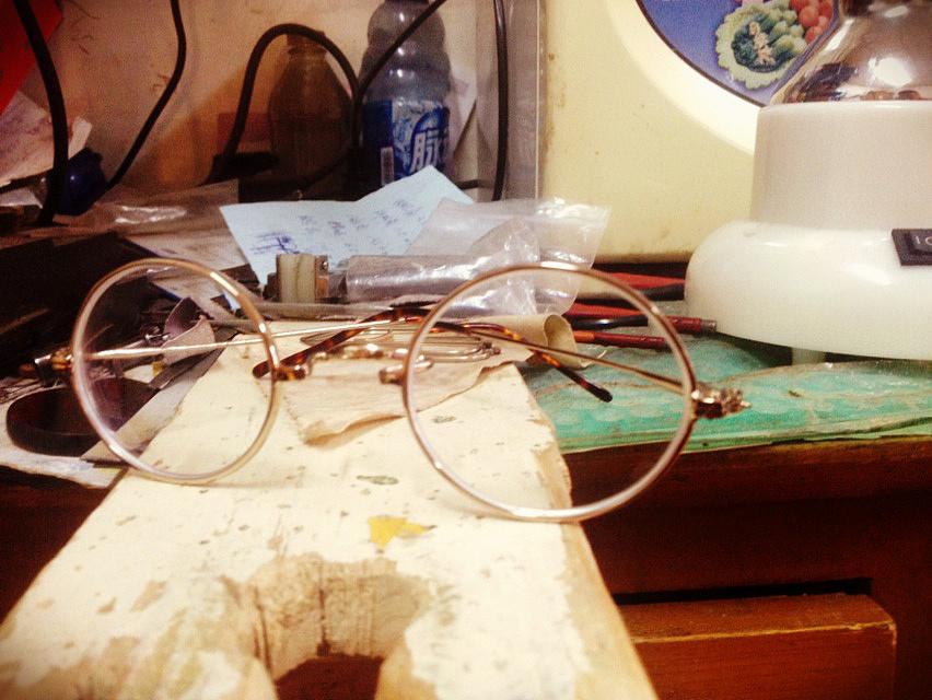 全手工制作,复古金属框架眼镜完成