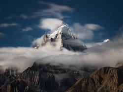月光下的雪山