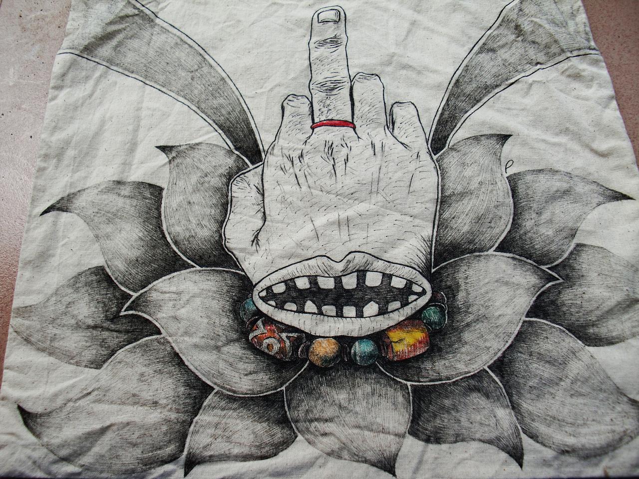 和一个购物袋的手绘插画创作   t恤上的 都是佛手的变形 结合装饰性的