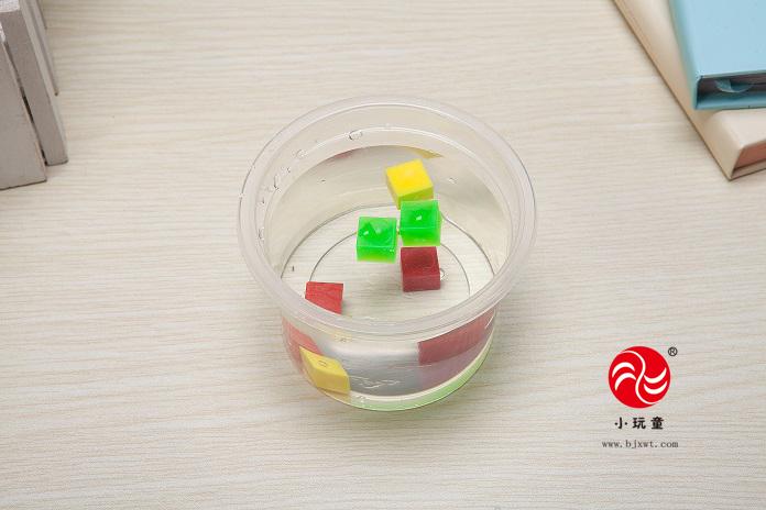 实验目的: 1.直观地认知物体在液体中的沉浮变化规律 2.培养孩子仔细观察分析问题的能力 实验重点: 幼儿大中小班认识科学,做科学实验了解物体的沉与浮现象和变化 实验认知: 浮力:浸在液体或气体里的物体受到液体或气体向上托的力叫做浮力。此实验,我们只研究液体的浮力。 下沉:指的是一种竖直向下的运动,如物体在液体里向下沉降。凡是在液体里下沉的物体,其本身的密度必然大于液体的密度,当浮力小 于重力时,物体就下沉,一直沉到容器底为止。哪些因素会影响物体的沉与浮 ,我们通过两个简单的实验来体会这些过程! 实验步骤