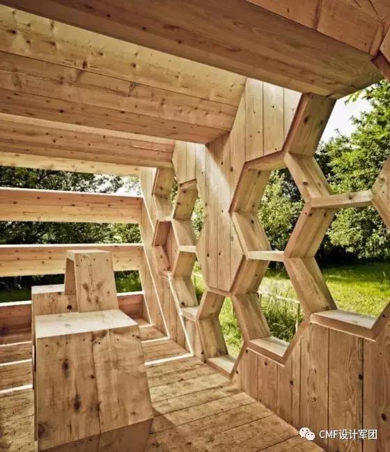 采用蜂巢的形状,做放射状的空间装置设计.图片