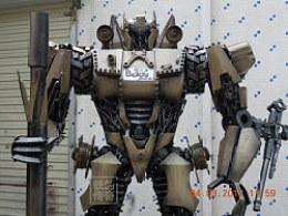 铁的传奇2012年新作:2.3米高的变形金刚坦克机器人