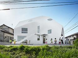 MAD在日本设计的幼儿园里有个老房子