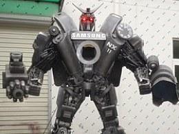 铁的传奇新作:为某品牌创作的3米高相机变形金刚机器人模型