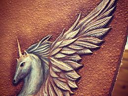 皮边雕刻小羽毛