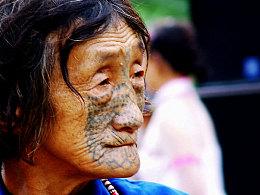 中国最后的纹面女(独龙江峡谷里的独龙族纹面女)