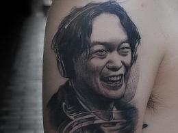 陈奕迅人物黑灰写实肖像纹身
