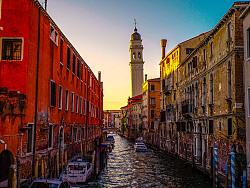 一块摔碎在水面上的彩色玻璃---威尼斯