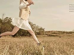 原野里奔跑的女孩
