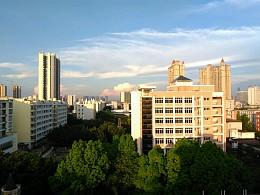 阳光照射的建筑