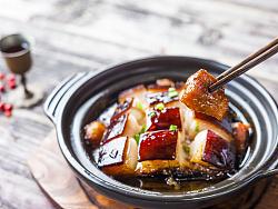土豆糖藕蟹黄芹菜鸡蛋东坡肉还有笋的食物