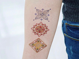 精致小纹身小图案也可以完美诠释细节手臂上彩色梵花