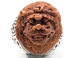《雄狮》戒指,桃核雕刻戒面。