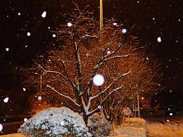 路灯下的童话雪夜