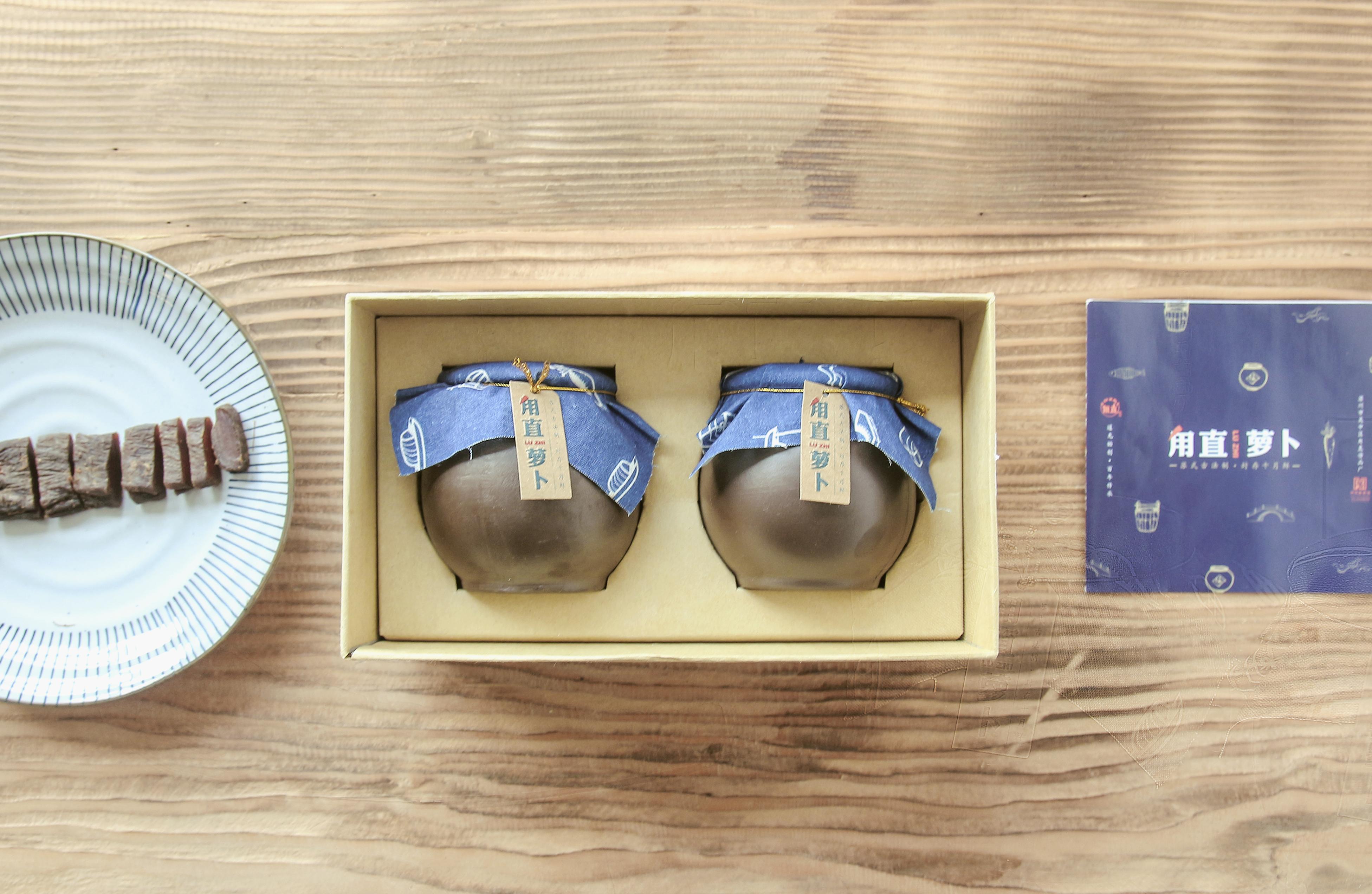 代表甪直古镇的手绘图形,被印在具有江南水乡特色的蓝印花布和纸袋上.